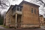 Chátrající budova bývalé dětské nemocnice