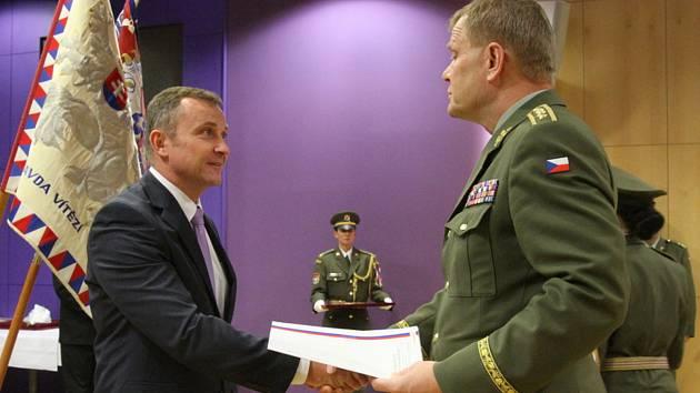 OCENĚNÍ. Generál Josef Bečvář (vpravo) předal Karlu Adámkovi za službu děkovný list.