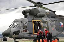 """Cvičení Horské služby s vojenským vrtulníkem na akci """"S kuřetem do oblak"""" ve Starém Městě."""