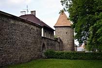 Ani honosné hradby nebrání rozvoji Poličky.