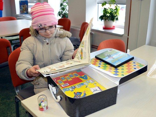 Rodiče předškoláků mají možnost zapůjčit svým dětem v knihovně tematický kufřík.