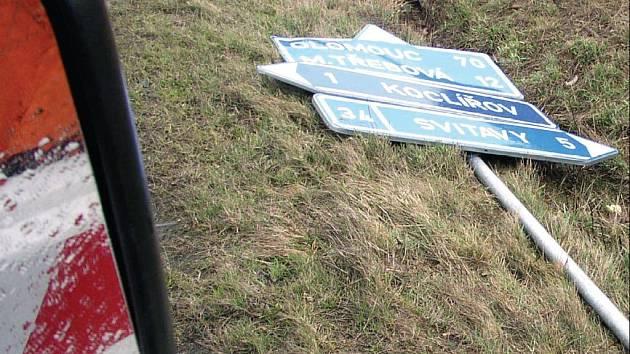 SILNÝ VICHR vyvracel dopravní značky a lámal staré stromy podél silnic.
