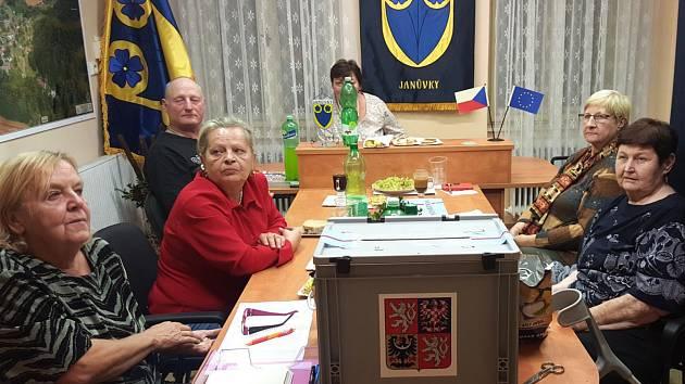 Ve volební místnosti v Janůvkách bylo plno.
