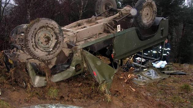 Vojenské nákladní vozidlo Land Rover skončilo na střeše.