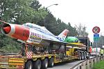 Tahač s letounem MiG-21 včera ráno vyjel z Hradce Králové a přes Vysoké  Mýto, Litomyšl (na snímku) a  Moravskou Třebovou zamířil  do Olomouce.  Nadměrný náklad  o délce 21,8 metru, šířce 7,2 metru  a výšce 4,5 metru   komplikoval provoz  na silnici I/35.
