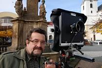 Miroslav Sychra nic neponechává náhodě, ani pokud jde o vlastní portrét. Svoji fotografii pořídil samospouští na svitavském náměstí.