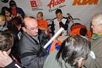 Vladislav Schwär převzal z rukou starosty Svitav Jiřího Brýdla a zástupců týmu a partnerských firem zbrusu nový motocykl KTM 65 ccm, s nímž bude v příští sezoně bojovat na českých a moravských tratích jako nejmladší člen LR Cosmetik ADOS KTM Teamu.