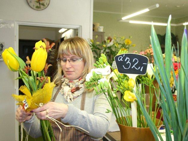 Dnes je Mezinárodní den žen. Květinářky mají plné ruce práce. Vážou jednu kytici za druhou.