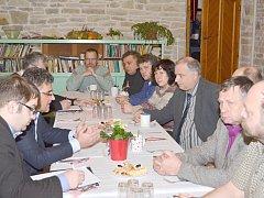Starostové obcí přednesli náměstkovi ministra obrany Tomáši Kuchtovi jasné požadavky, za kterých by měla být munice ve skladech v Květné uskladněna. Požadují dohled armády a přesnou evidenci munice. Nechtějí, aby se opakovaly události z Vrbětic.