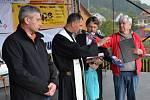 Knihu o dějinách Biskupic představili na kaléšku. Posvětil ji otec Tomasz Wójciak. Nechyběl ani autor Jiří Šmeral.