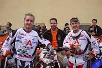 DVOJICE ZÁVODNÍKŮ Orionu Litomyšl Michek (nalevo) Bartoš se chystá na úvod mistrovství světa MX3 v Holandsku.
