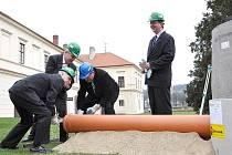 Slavnostní zahájení projektu se odehrálo na nádvoří zámku.  Starosta  Miloš Izák společně s místostarosty  Pavlem  Brettschneiderem a  Václavem  Mačátem položili symbolicky první   metr  kanalizace.