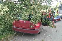 Ve Slatině nabouralo auto do stromu. Na místě byl i vrtulník