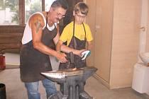 František Bečka se přes dvacet let věnuje kovářství. Řemeslo je podle  něho těžká a špinavá práce, ale má ho rád.