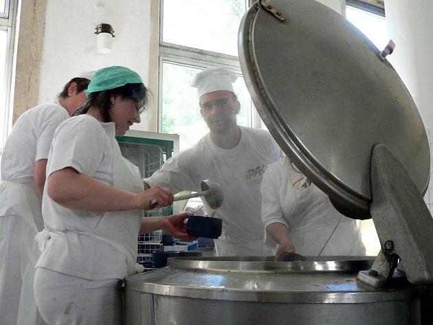 Kuchaři z nemocniční jídlelny přišli o své pracoviště.  Vývařovnu  převzali řemeslníci, aby opravili podlahu.
