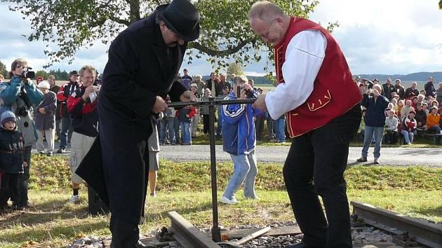 Zkouška šroubů. Sebranický starosta František Kalvoda (vlevo) vyzkoušel s litomyšlským kolegou Michalem Kortyšem, jestli jsou šrouby na železnici dobře utažené.