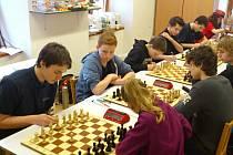 """Šachového """"kanára"""" uštědřili poličští extraligoví dorostenci soupeřům z Lokomotivy Brno B. Mladí domácí hráči opanovali se zřejmou převahou partie na všech šesti šachovnicích."""
