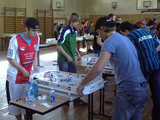 Petr Tměj (vlevo) ve čtvrtfinále proti Jakubu Sládkovi.
