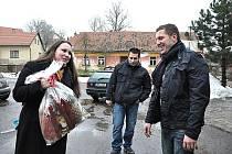 KUBÍK S MAMINKOU  přijel před  Štědrým dnem poděkovat budislavským  hasičům  za záchranu života.