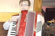 Tomáš Ostřížek z Velkých Opatovic byl nejmladším účastníkem sobotního setkání v Jevíčku. K harmonice ho přivedla babička a na akordeon hraje školák už pět let.