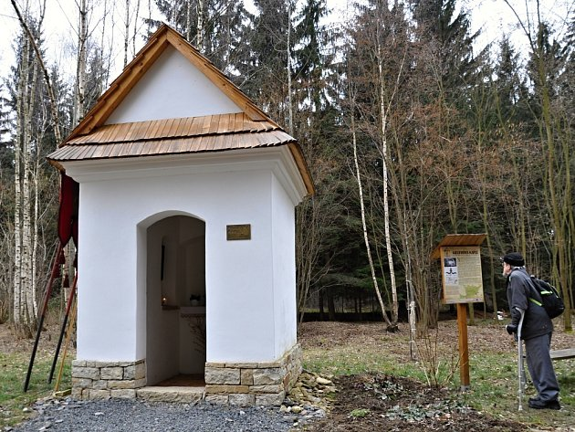PŘÍRODA I TRADIČNÍ ARCHITEKTURA. Tím se můžete v obci kochat. K vidění tam  je například nově opravená Killerova kaple.