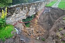Část hradeb Svojanova po deštích spadla.