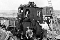 Stavba dálnice v plném proudu. Dělníky na lokomotivě zvěčnil fotograf při terénních pracích u Jevíčka.