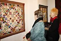 Co všchno lze ušít patchworkovou technikou? Deky, quilty, polštářky, kabelky, ale i hračky pro děti. Na výstavě jsou k vidění například i vyšívané recepty.