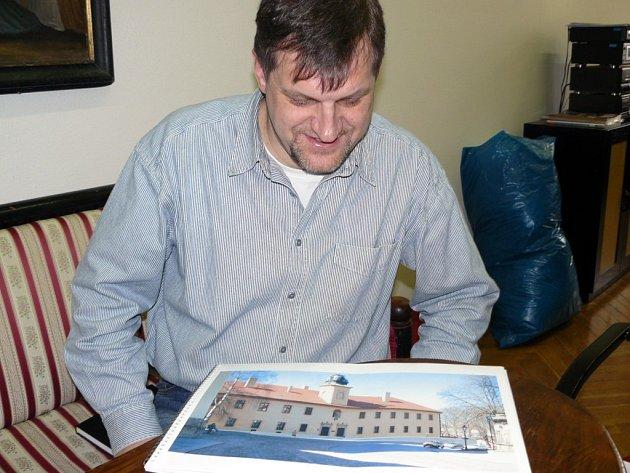 PŘESTAVBA. Ředitel Roman Košek má v rukou studii, jak bude objekt vypadat po úpravách.