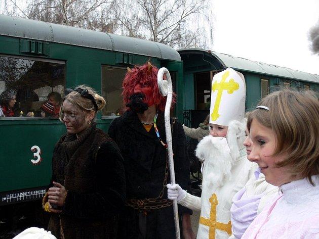 Mikulášský vlak s parní lokomotivou.