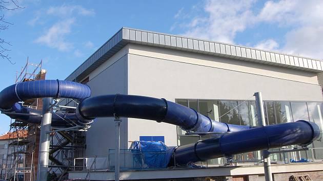 Nový tobogán bude v poličském bazénu v provozu od dubna.