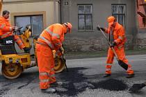 Opravy výtluků v Opatově.