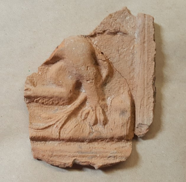 Středověký kachel s motivem grifa nalezený při archologickém výzkumu v Poličce