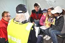 """Nácvik na velké povodně.  Hasiči, záchranáři a další členové Integrovaného záchranného systému si včera vyzkoušeli zásah pro případ, že by Pardubický kraj postihly povodně. Ve  stanech ošetřovali figuranty,  """"vyplaveným"""" pomáhala  také psycholožka."""