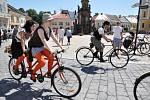 Stará kola  nejsou jen na  dívání. To v Poličce dokázali všichni  cyklisté, kteří na historických bicyklech dorazili. Zúčastnili se totiž závodu kolem radnice.