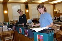 Úřednice měly plné ruce práce. Pro jednotlivé komise připravovaly volební urny a potřebný materiál.