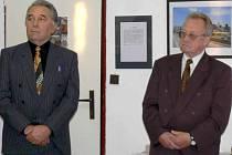 Umělecký fotograf Rudolf Zukal (vpravo) hostí ve své galerii kolegu z litovelského fotoklubu. Jiří Hlavinka zachytil na stovkách snímků významná města Ameriky.