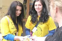 Studentky zdravotnické školy ve Svitavách  Klára Vázlerová a Denisa Janáčková byly spokojené,  o žlutý kvítek byl velký zájem.