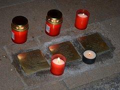SVITAVANÉ si připomněli Křišťálovou noc. Před domem rodiny Freundových lidé zapálili svíčky.