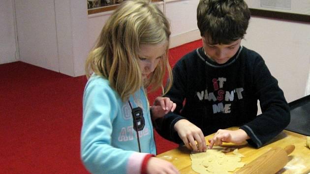 MALÉ ŠKOLÁKY ve svitavském muzeu nejvíce ze všeho lákalo válení těsta a vykrajování. Vyzkoušeli si také, jak se plete vánočka. Nejoblíbenější cukrářskou disciplínou pro ně bylo tradiční zdobení perníčků.