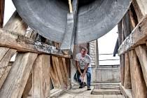 Pavel Kuře je zvoník v Čisté u Litomyšle. Zakládá si na ručním zvonění.
