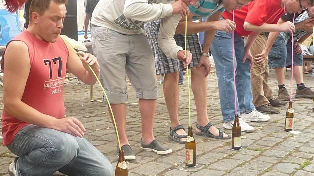 Pivní festiválek přilákal v sobotu do Litomyšle stovky návštěvníků. Ti si nenechali ujít soutěže. Vlevo Jaroslav Němec.