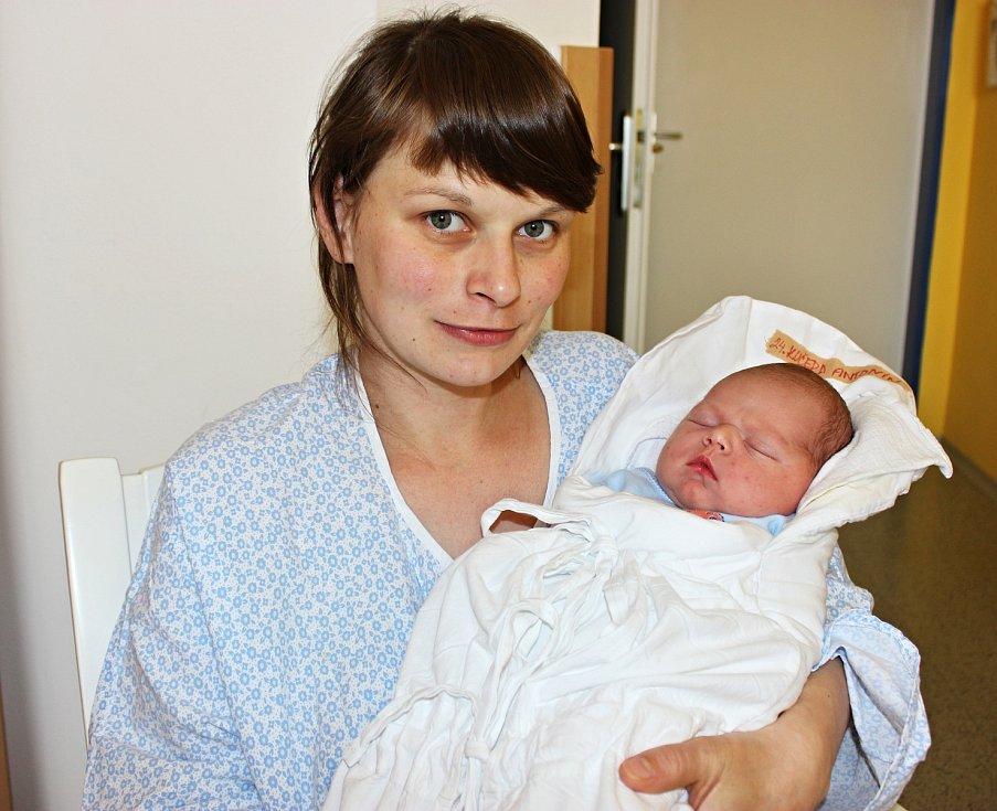 ANTONÍN KUČERA se narodil 17. května v 7.32 hodin. Vážil 4,38 kilogramu a měřil  53 centimetrů. Rodina Anety a Vojtěcha Kučerových bydlí v Horním Újezdu. Na brášku se těšila i Kateřina.