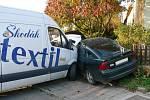 Auta skončila po vzájemném střetu téměř v zahradě  rodinného domu.