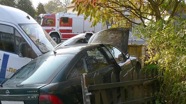 Auta skončila po vzájemném střetu v Hradci nad Svitavou téměř v zahradě rodinného domu. K nehodě došlo v úterý 12. října.