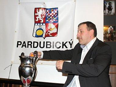 Krajský radní pro sport a tělovýchovu René Živný udělal radost dolnoújezdským fotbalistům. Jeho ruka rozhodla o tom, že v semifinále krajského poháru přivítají na svém stadionu soupeře z okresního přeboru a tím pádem mají velkou šanci na finále.