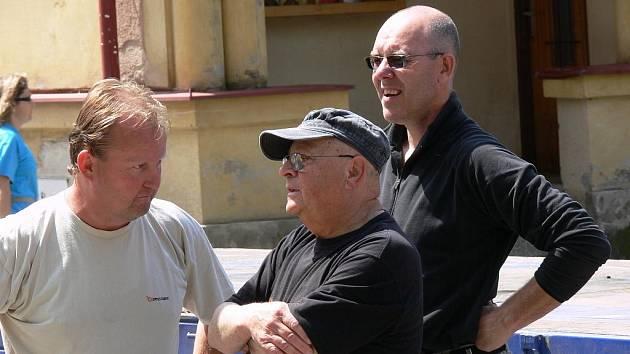Sochař Aleš Veselý (uprostřed).
