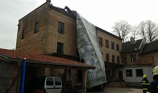 V Městečku Trnávka hasiči likviduji následky silného větru, který utrhl střechu na mlýnu.