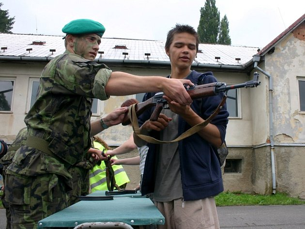 Branný den v areálu Vojenské střední školy byl pro účastníky z řad studentů velkým zpestřením.