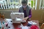 Charita v Moravské Třebové pomáhá lidem v regionu. Šijí roušky a poskytují klientům pomoc na telefonu.